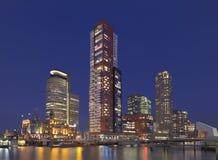 在Kop有有启发性大厦的van Zuid,鹿特丹,荷兰的暮色看法 免版税库存图片