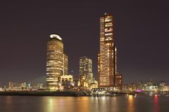 在Kop有有启发性高楼的van Zuid,鹿特丹,荷兰的夜视图 免版税库存照片