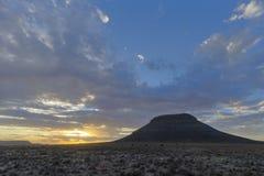 在kopje的日落在南部非洲的干旱台地高原 免版税库存图片