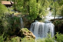 在Korana河的瀑布在Rastoke村庄  在斯卢尼附近在克罗地亚 免版税图库摄影