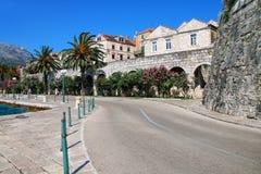 在Korcula老镇墙壁附近的路,克罗地亚 库存图片