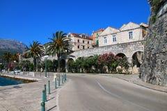 在Korcula老镇墙壁附近的路,克罗地亚 免版税库存图片