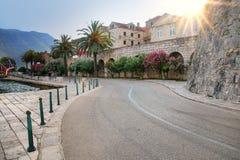在Korcula老镇墙壁附近的路,克罗地亚 免版税库存照片