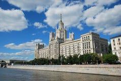 在Kotelnicheskaya堤防的高层建筑物 从莫斯科河的看法 库存照片