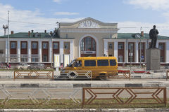 在Kotlas Yuzhny火车站的驻地正方形的一辆固定路线出租汽车在阿尔汉格尔斯克州地区 免版税库存照片