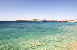 在Koufonisia海岛附近的轮渡 免版税库存照片