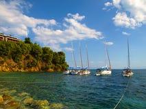 在Koukounaries附近海岸线停住的游艇在斯基亚索斯岛,希腊靠岸 免版税图库摄影