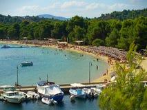 在Koukounaries附近海岸线停住的游艇在斯基亚索斯岛,希腊靠岸 免版税库存图片