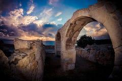 在Kourion考古学站点的古老曲拱 利马索尔区 免版税库存图片