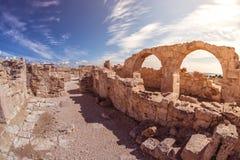 在Kourion考古学站点的古老曲拱 利马索尔区 免版税图库摄影