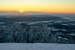 在Kozakov的日落在冬天 免版税库存照片