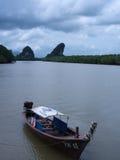 在Krabi河的长尾巴小船 库存照片
