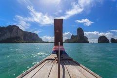 在Krabi的传统长尾巴小船游览 库存照片