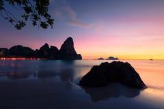在Krabi的日落在泰国。 免版税库存图片