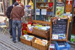 在Kraemer桥梁走的街道上的儿童` s书店 免版税库存图片
