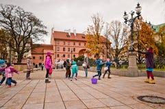 在Krakowskie Przedmiescie街,华沙,波兰上的孩子 库存照片