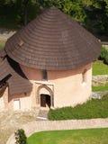 在Kremnica城堡的罗马式藏有古代遗骨的洞穴 免版税库存图片