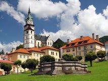 在Kremnica的教会和喷泉 免版税库存照片