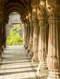 在krishnapura chhatris柱子的早晨阳光, indore,印度 免版税库存照片