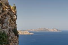 在Kritinia中世纪城堡附近废墟的海视图  免版税库存图片
