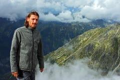 在Krivan峰顶顶部的登山人 图库摄影
