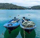 在Krka河的两蓝色渔dingys 库存图片