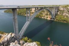 在Krka河的机动车路桥梁在希贝尼克,克罗地亚附近 图库摄影