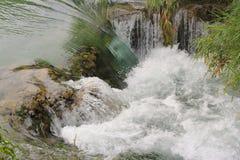 在Krka河-接近的视图的瀑布 免版税库存图片