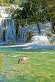 在Krka瀑布的游人游泳,克罗地亚 图库摄影