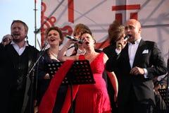 在Kronstadt节日歌剧露天舞台的国际俄国意大利歌剧五部合唱  世界歌剧明星的五位歌手 库存图片
