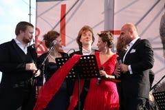 在Kronstadt节日歌剧露天舞台的国际俄国意大利歌剧五部合唱  世界歌剧明星的五位歌手 图库摄影