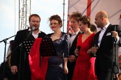在Kronstadt节日歌剧露天舞台的国际俄国意大利歌剧五部合唱  世界歌剧明星的五位歌手 库存照片