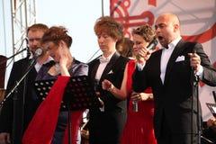 在Kronstadt节日歌剧露天舞台的国际俄国意大利歌剧五部合唱  世界歌剧明星的五位歌手 免版税库存图片