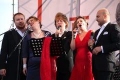 在Kronstadt节日歌剧露天舞台的国际俄国意大利歌剧五部合唱  世界歌剧明星的五位歌手 免版税库存照片