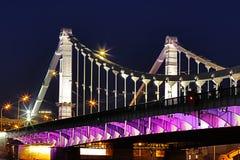 在Krymskiy桥梁的看法在莫斯科俄罗斯晚上或夜与堤防和光反射在河 库存图片