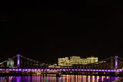 在Krymskiy桥梁的看法在莫斯科俄罗斯晚上或夜与堤防和光反射在河 库存照片