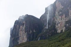 在Kukenan tepui或罗赖马山的瀑布 委内瑞拉 免版税库存照片