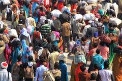 在Kumbh Mela地面的巨大的人群阵营 库存图片