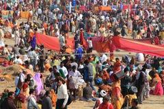 在Kumbh Mela地面的巨大的人群阵营 图库摄影