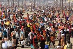 在Kumbh Mela地面的巨大的人群阵营 免版税图库摄影