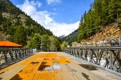 在Kunhar河的桥梁在Naran卡根,巴基斯坦 免版税库存图片