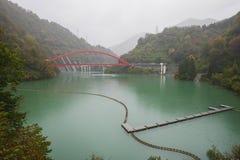 在kurobe峡谷的红色桥梁 免版税图库摄影