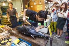 在Kuromon市场上切开一条巨型金枪鱼在大阪,日本 库存照片