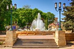 在Kurortniy (Glavny)公园入口的喷泉 免版税库存图片