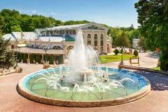 在Kurortniy (Glavny)公园入口的喷泉 库存照片