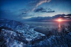 在Kurril海岛的Sunrire 在冬天期间,日出在北海道 美好的日出风景,日本 库存图片