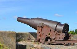 在Kustaanmiekka的岸堤防的大炮,追溯到俄国时代 葡萄酒开枪在电烫钢枪工厂c做的19 库存照片
