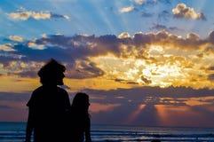 在kuta海滩日落的山云彩 图库摄影