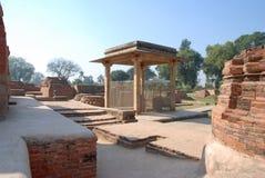 在Kutagarasala Vihara,毗舍离的阿南达Stupa和Asokan柱子, 库存照片