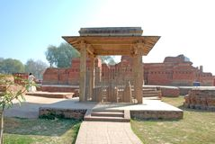 在Kutagarasala Vihara,毗舍离的阿南达Stupa和Asokan柱子, 免版税库存照片